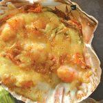 Conchas rellenas con flor de calabaza y camarones