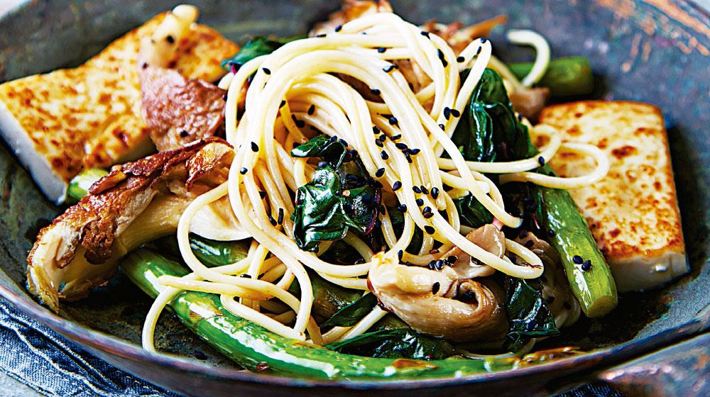 Espagueti con verduras y tofu