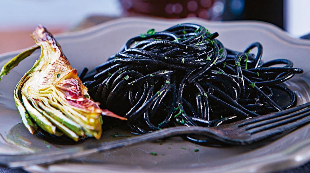 espagueti-negro-con-alcachofa