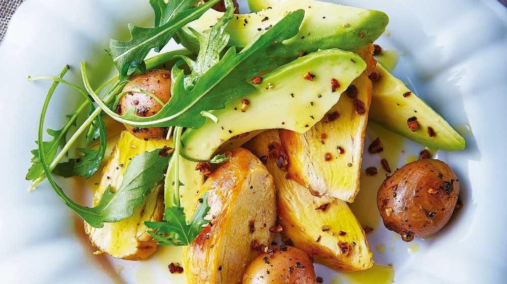 Recetas de ensaladas de pollo rostizado con papas y aguacate.