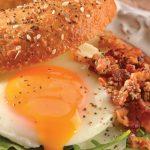 bagel multigrano con huevo estrellado
