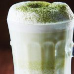 Capuchino de matcha con chocolate blanco