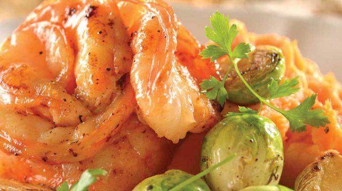 Mignon de camarón con camote y coles de bruselas