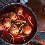 Spaguetti rojo en caldo de guajillo con albóndigas