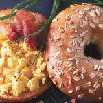 bagel con huevo revuelto y tocino