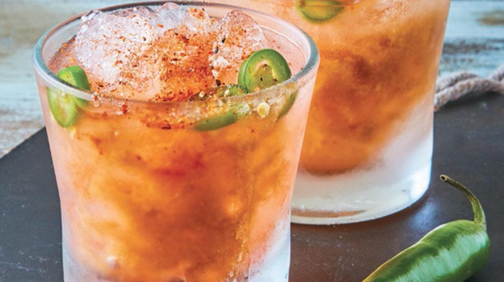 Coctel de chile serrano con tamarindo y mezcal