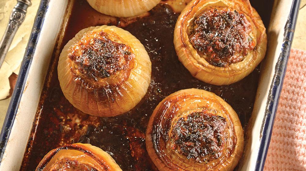 Cebollas rostizadas con carne molida, pasitas, canela y nuez
