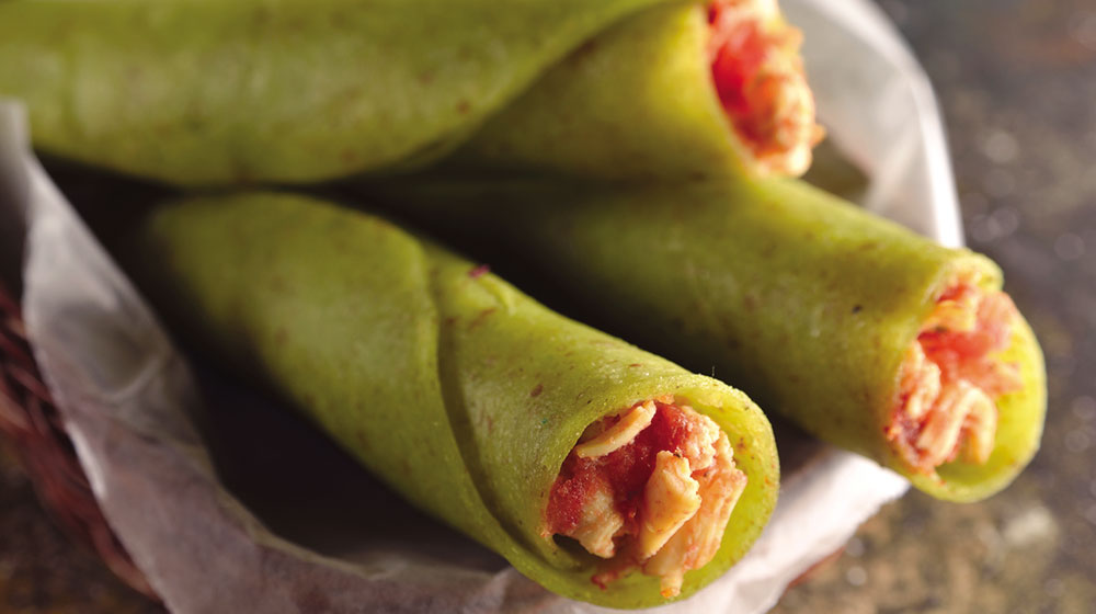 Tacos dorados de pollo con jitomate