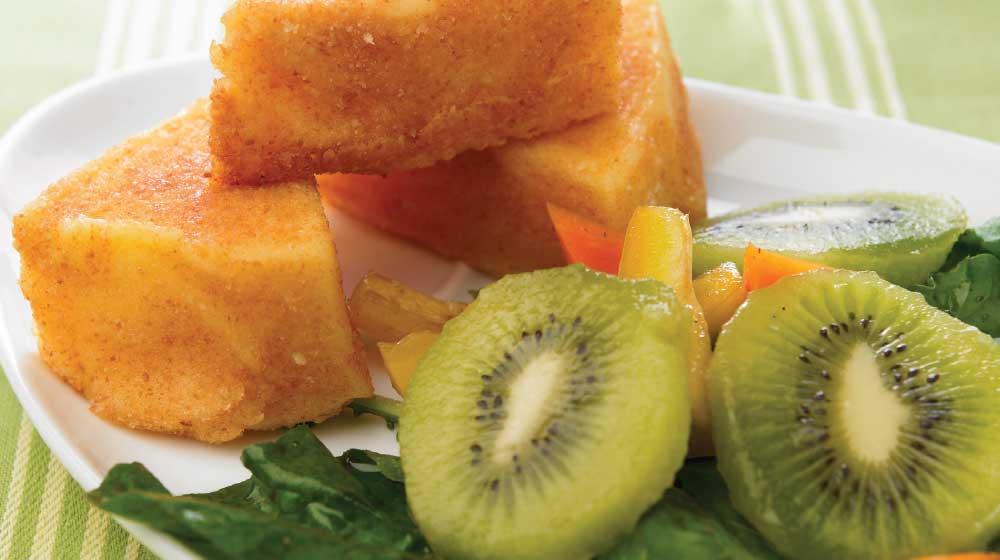 queso cubierto y ensalada de kiwi