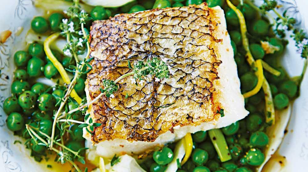 Lomo de pescado con chicharo, hijo y limon.