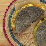 Quesadilla de papa con queso en tortilla azul