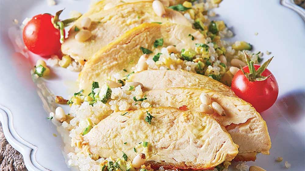 pollo sobre ensalada de quinoa
