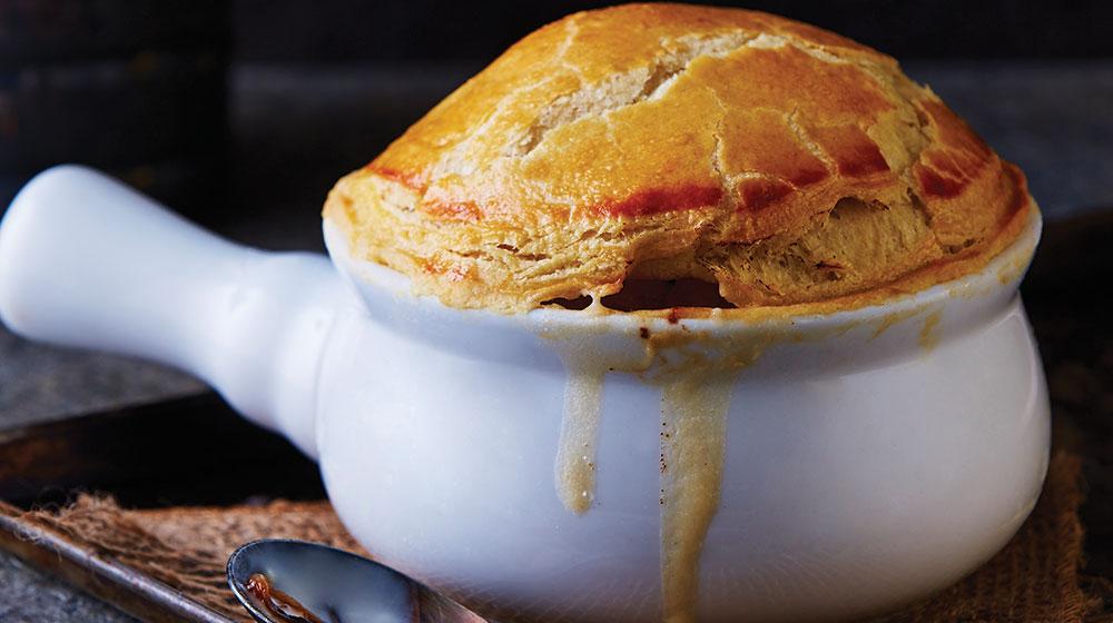 Sopa de cebolla con costra de hojaldre