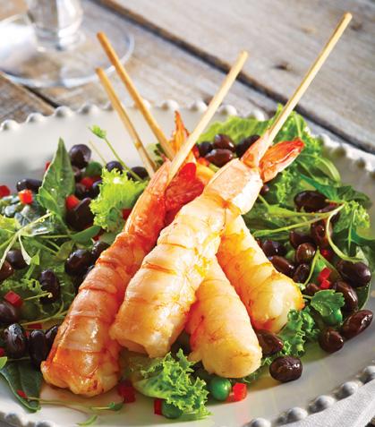 Brochetas de camarón con ensalada de frijol