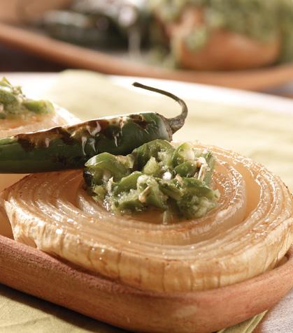 Cebollas horneadas con salsa de chiles toreados