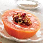Corona de papaya con granola