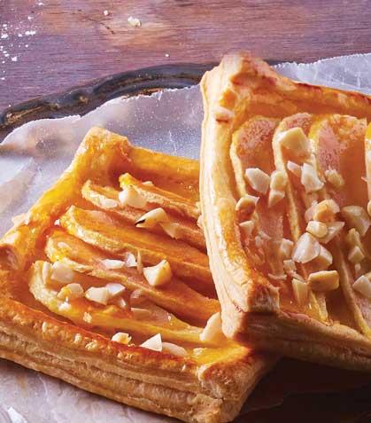Cuadros de hojaldre con pasta de almendra y pera