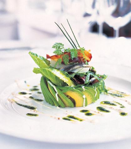Ensalada de aguacate con pan y anchoas