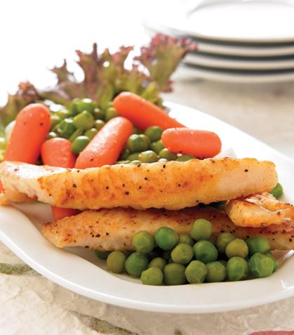 Ensalada de pescado con vegetales marinados en aderezo blanco