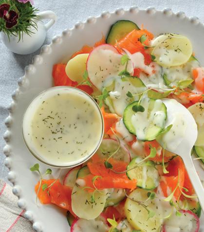 Ensalada de salmón con aderezo de yogur y eneldo
