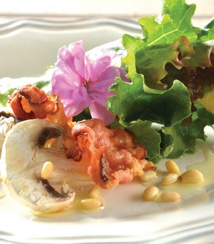 Ensalada de tocino y piñones con vinagreta de mostaza