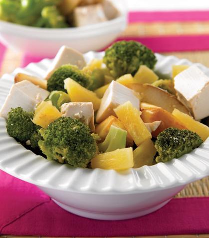 Ensalada de tofu con brócoli y frutas