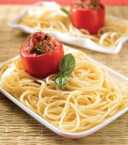 Espagueti con jitomates rellenos