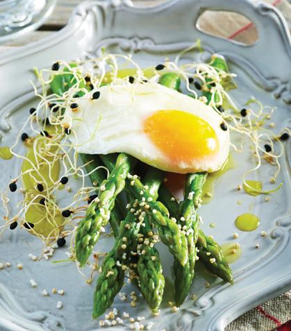 Espárragos con huevo pochado