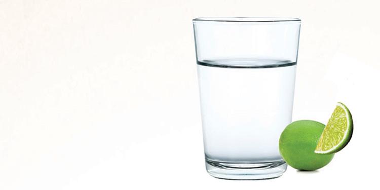 Beneficios de tomar agua tibia en las mañanas