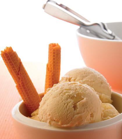 Helado de vainilla con caramelo y manzana