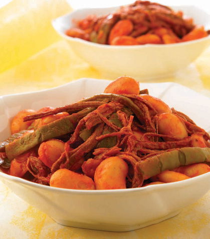Nopales con carne deshebrada en chile guajillo