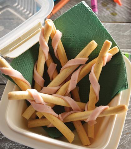 Palitos de pan envueltos con jamón de pavo