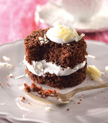 Pastel de chocolate con crema de chocolate blanco