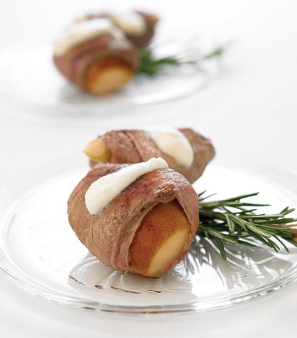 Peras envueltas con salsa de queso al romero