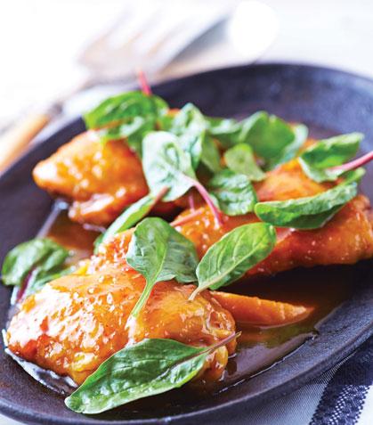 Pollo al horno con chabacano y espinaca baby
