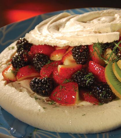 Postre de merengue y fresas
