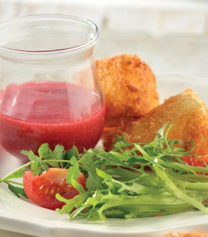 Queso empanizado con salsa de frambuesa