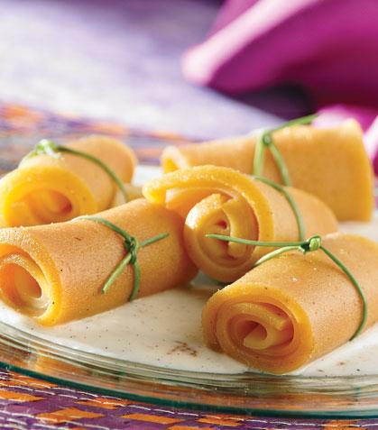 Rollitos de ate con queso y salsa de vainilla