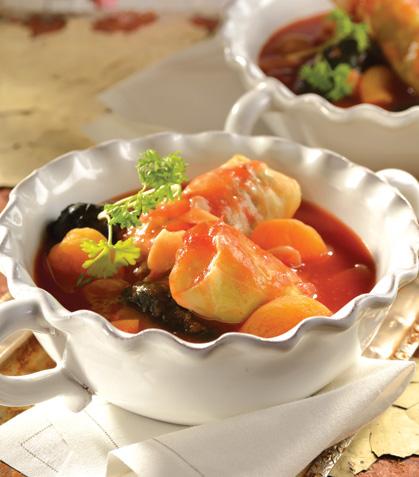 Rollitos de col con carne y arroz en jitomate