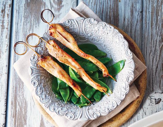 Brochetas de pollo tandoori con chícharos chinos