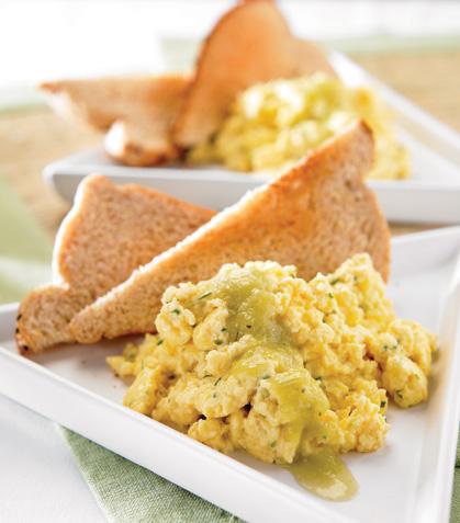 Sándwich abierto de huevo en salsa verde