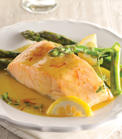 Salmón al horno con vino blanco y azafrán