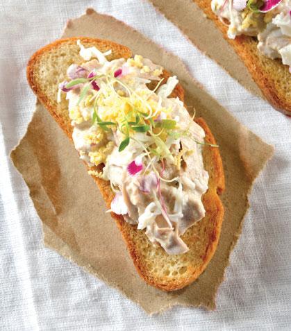 Sándwich de ensalada de atún y col