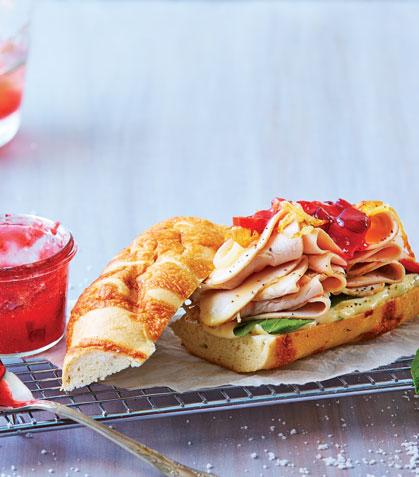 Sándwich de pavo con mermelada de arándano