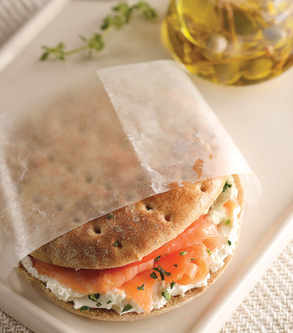 Sándwich ligero de salmón ahumado con mayonesa de alcaparras