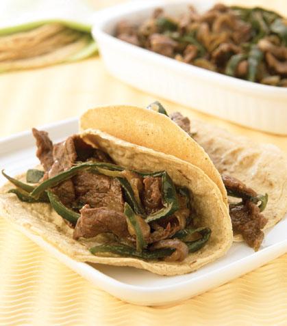 Tacos de fajitas encebolladas con rajas de chilaca