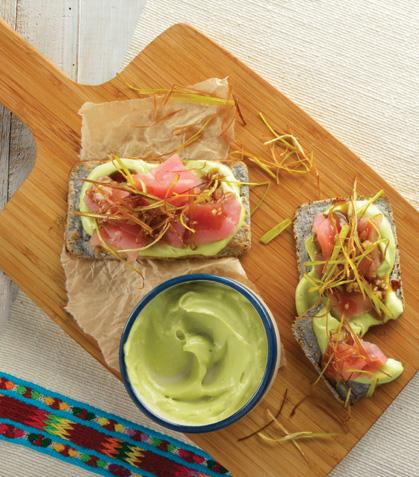 Tostaditas de sashimi de atún con poro frito y jengibre