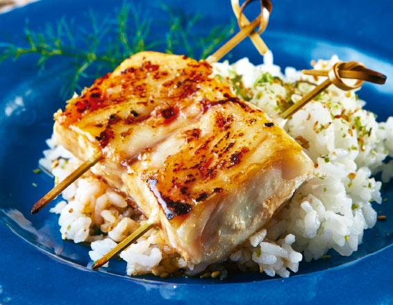 Brocheta de pescado al miso con arroz al vapor