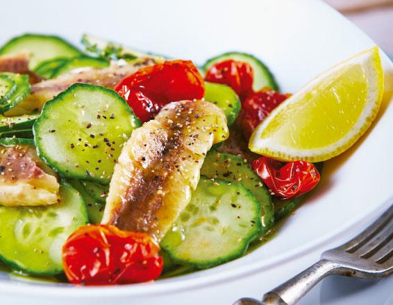 Ensalada de pepinos con sardina y jitomate
