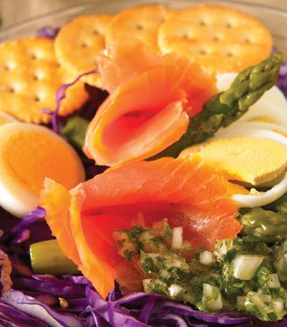 Ensalada de huevo cocido con salmón